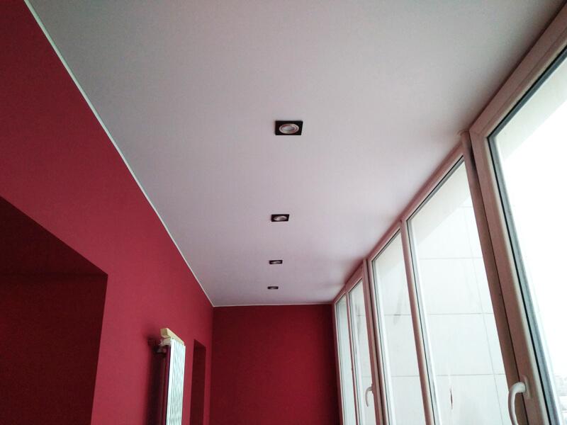 Фото - Обычный сатиновый натяжной потолок белого цвета