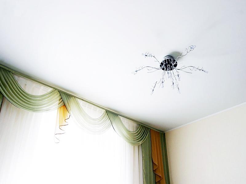 Фото - Классический вариант натяжного потолка из сатина