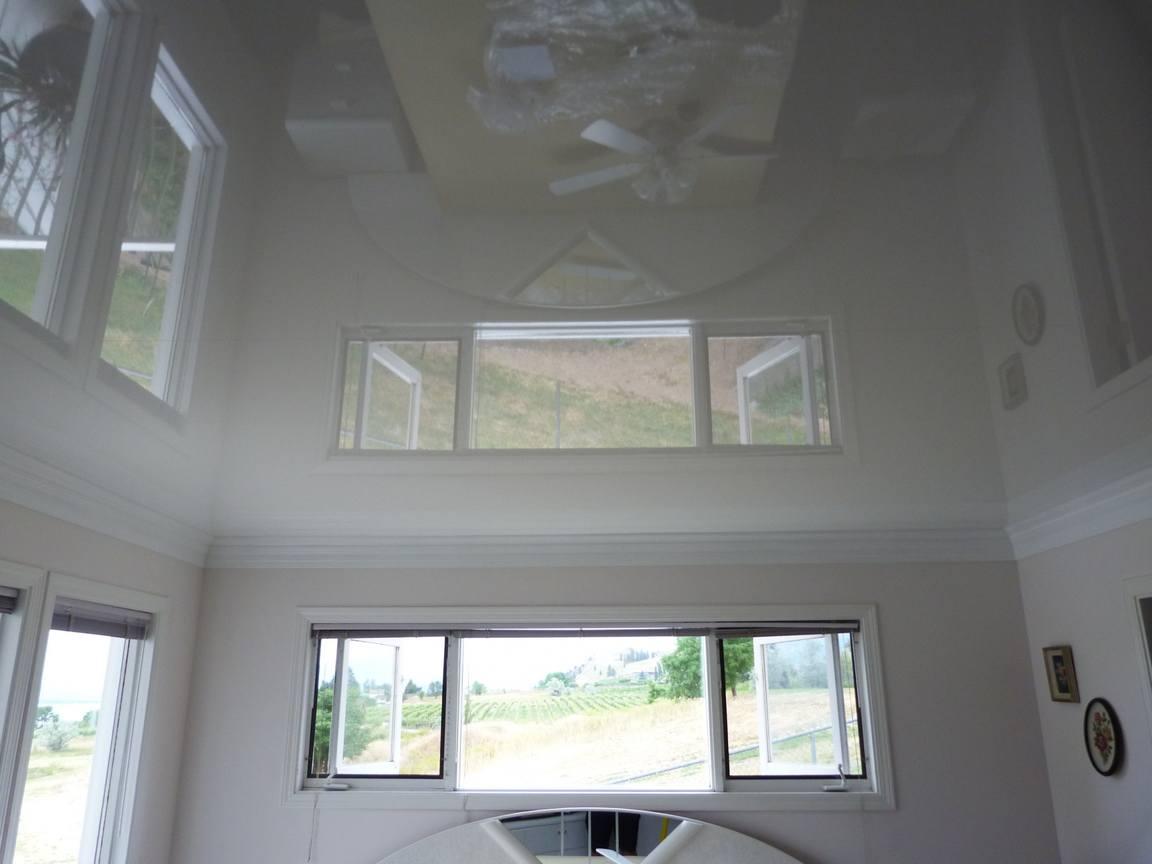 Глянцевые натяжные потолки имеют характерную светоотражающую фактуру и естественный блеск