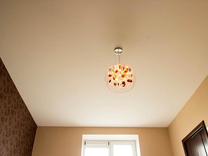 Фото - Бежевый тканевый натяжной потолок