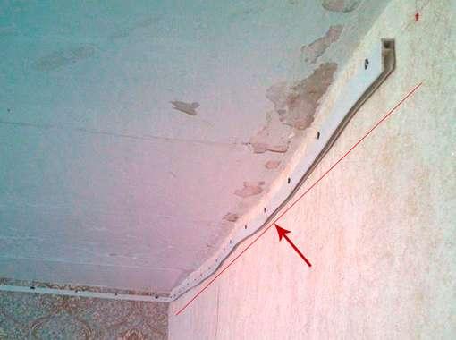 Фото 11 – Не правильный монтаж профиля для натяжного потолка