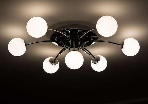Фото 10 – Правильная установка люстры в натяжной потолок
