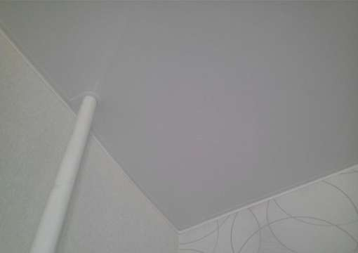 Фото 18 – Правильный монтаж натяжного потолка в местах с трубами