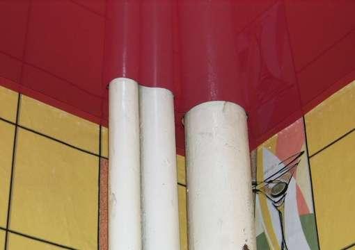 Фото 17 – Правильный монтаж натяжного потолка в местах с трубами