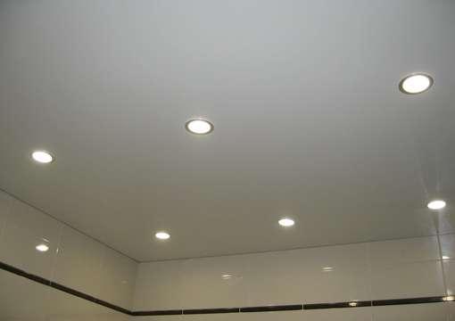 Фото 3 – Правильная установка светильника в натяжной потолок