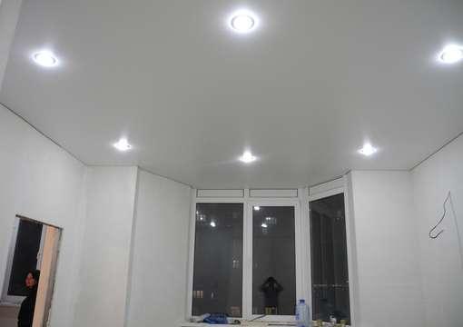 Фото 4 – Правильная установка светильника в натяжной потолок